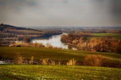 Paesaggio del fiume sotto il cielo grigio Immagini Stock Libere da Diritti