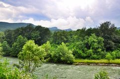 Paesaggio del fiume veloce Malaya Laba immagine stock