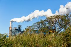 Paesaggio del fumo di produzione del silo della fabbrica Fotografia Stock Libera da Diritti