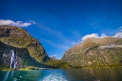 Paesaggio del ghiacciaio dell'alta montagna a Milford Sound con un bei lago e cascata, in isola del sud in Nuova Zelanda Immagini Stock Libere da Diritti