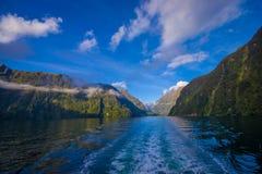 Paesaggio del ghiacciaio dell'alta montagna a Milford Sound con un bello lago, in isola del sud in Nuova Zelanda Immagini Stock