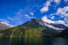 Paesaggio del ghiacciaio dell'alta montagna a Milford Sound, Nuova Zelanda Immagine Stock Libera da Diritti