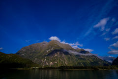 Paesaggio del ghiacciaio dell'alta montagna a Milford Sound, Nuova Zelanda Fotografie Stock Libere da Diritti