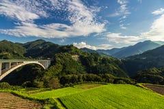 Paesaggio del giacimento del riso e ponte dell'arco in Takachiho, Miyazaki, Giappone Fotografia Stock