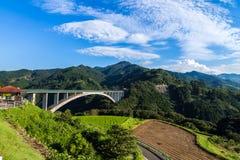 Paesaggio del giacimento del riso e ponte dell'arco in Takachiho, Miyazaki, Jap Immagine Stock