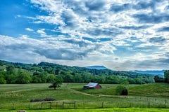 Paesaggio del granaio e dell'azienda agricola Immagini Stock