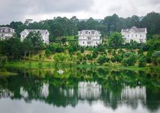 Paesaggio del lago ad estate in Dalat, Vietnam Immagine Stock