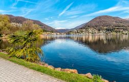 Paesaggio del lago Ceresio e delle alpi svizzere da Lavena Ponte Tresa, Italia Fotografie Stock Libere da Diritti