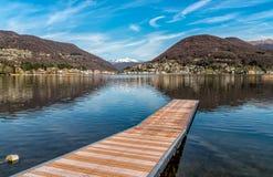 Paesaggio del lago Ceresio e delle alpi svizzere da Lavena Ponte Tresa, Italia Fotografia Stock