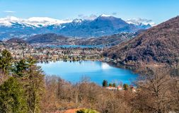 Paesaggio del lago Ceresio e del lago di Lugano con le alpi svizzere Immagini Stock Libere da Diritti