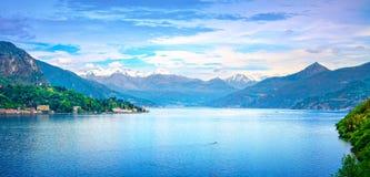 Paesaggio del lago Como Lago, alpi e vista del villaggio di Tremezzo, Italia Fotografia Stock Libera da Diritti