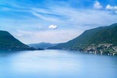 Paesaggio del lago Como. Villaggio, alberi, acqua e montagne di Cernobbio. L'Italia Immagini Stock