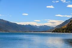 Paesaggio del lago con superficie brillante di acqua Immagini Stock