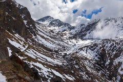 Paesaggio del lago della traccia di montagne della neve bello, Gosaikunda Nepal Immagini Stock Libere da Diritti