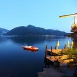 Paesaggio del lago di Lugano di notte Fotografie Stock