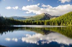 Paesaggio del lago glaciale della montagna rocciosa Fotografia Stock