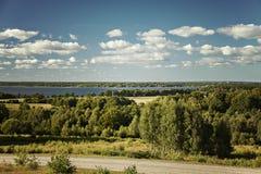 Paesaggio del lago il giorno soleggiato Immagini Stock