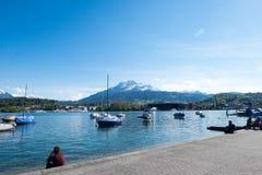Paesaggio del lago lausanne sotto cielo blu Fotografie Stock