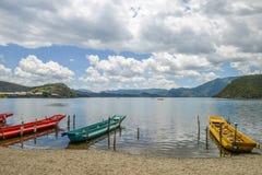 Paesaggio del lago Lugu al villaggio di Xiaoluoshui, Lijiang, Cina immagine stock libera da diritti