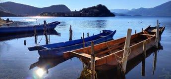 Paesaggio del lago Lugu nelle province di Yunnan e di Sichuan fotografia stock