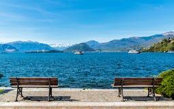 Paesaggio del lago Maggiore con due banchi sulla riva nella priorità alta Immagini Stock
