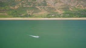 Paesaggio del lago mountain con il jet ski di galleggiamento video d archivio