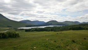 Paesaggio del lago mountain lungo il A82 in Scozia Immagine Stock