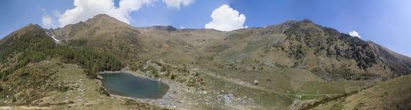 Paesaggio del lago mountain sulle alpi con il bello cielo Immagini Stock