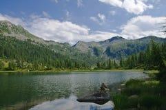 Paesaggio del lago nelle alpi italiane Fotografia Stock