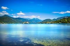 Paesaggio del lago Orta Villaggio di Orta San Giulio ed isola Isola S Immagine Stock