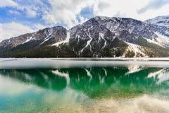 Paesaggio del lago Plansee e montagne delle alpi nell'inverno, uguaglianti vista, il Tirolo, Austria Immagine Stock