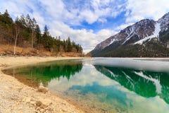 Paesaggio del lago Plansee e montagne delle alpi nell'inverno, uguaglianti vista, il Tirolo, Austria Immagini Stock