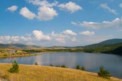 Paesaggio del lago sulla montagna di Zlatibor immagine stock