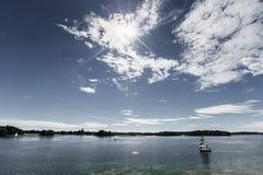 Paesaggio del lago un giorno di estate soleggiato Carta da parati bassa di orizzonte Fotografia Stock