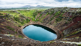 Paesaggio del lago vulcanico del cratere di Kerid fotografia stock