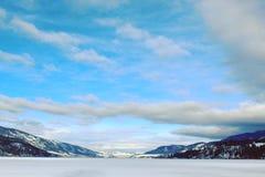 Paesaggio del lago winter Grandi nubi Fotografia Stock