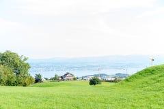 Paesaggio del lago Zurigo di estate dal cielo blu della natura della destinazione di viaggio di turismo della Svizzera della trac Fotografia Stock Libera da Diritti