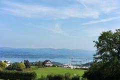 Paesaggio del lago Zurigo di estate dal cielo blu della natura della destinazione di viaggio di turismo della Svizzera della trac Fotografia Stock