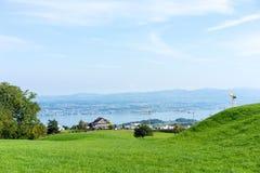 Paesaggio del lago Zurigo di estate dal cielo blu della natura della destinazione di viaggio di turismo della Svizzera della trac Immagine Stock