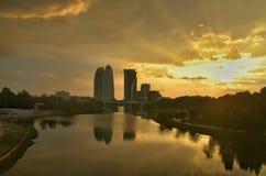 Paesaggio del landacape di tramonto a Putrajaya, Malesia con la riflessione dell'acqua sulla superficie dell'acqua Fotografie Stock Libere da Diritti