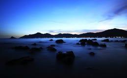 Paesaggio del litorale di tramonto Fotografie Stock