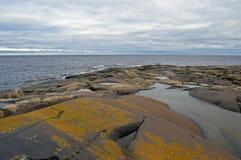 Paesaggio del mare bianco con le pietre Fotografia Stock