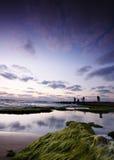 Paesaggio del mare calmo con i pescatori fotografia stock