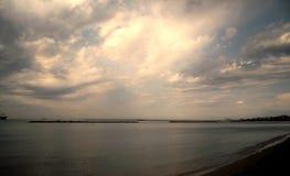 Paesaggio del mare, cielo nuvoloso di bella coloritura e mare calmo Fotografie Stock