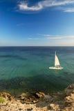 Paesaggio del mare con l'yacht Immagine Stock