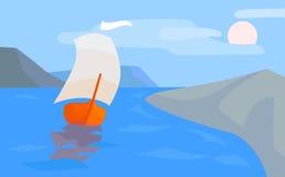 Paesaggio del mare con la barca a vela, la costa e le montagne Fotografia Stock