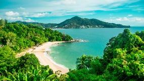 Paesaggio del mare con le montagne e la sabbia immagini stock