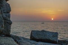 Paesaggio del mare con roccia drammatica sul tramonto Spiaggia di Surin, Tailandia Fotografia Stock Libera da Diritti