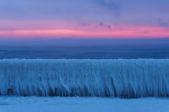 Paesaggio del mare di inverno all'alba di mattina Fotografie Stock