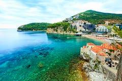 Paesaggio del mare e bello paesaggio urbano Vecchia città di Budva, Montenegro Immagine Stock